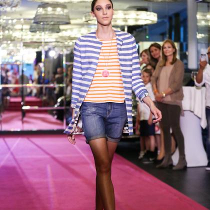 Credits: Moni Fellner  Jacke: POM, Shirt: Niu, Shorts: Haikure